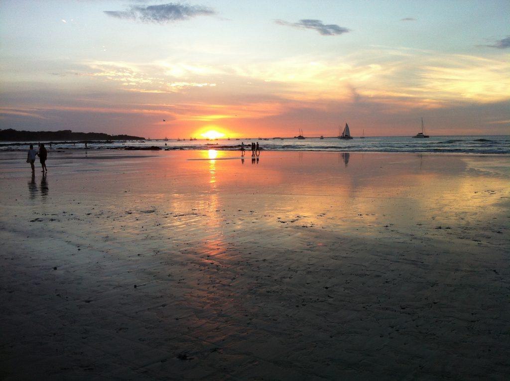 Ein typischer Sonnenuntergang am Strand von Tamarindo